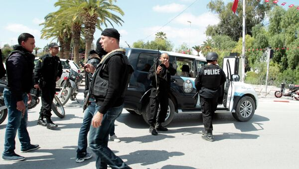 Police officers stand outside parliament in Tunis March 18, 2015 - Sputnik Mundo