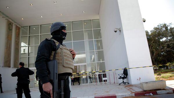 Fuerzas de seguridad tunecinas vigilan el exterior del Museo del Bardo - Sputnik Mundo