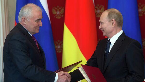 Presidente de Osetia del Sur, Leonid Tibílov y presidente de Rusia, Vladímir Putin (archivo) - Sputnik Mundo