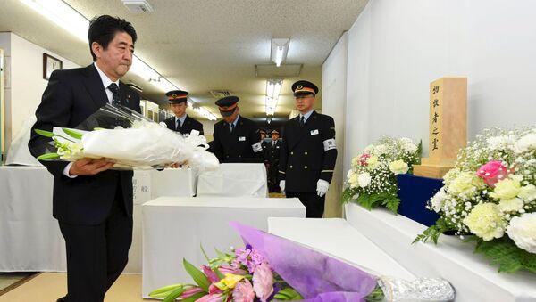 Primer ministro de Japón, Shinzo Abe, rinde homenaje a las víctimas del atentado en el metro de Tokio - Sputnik Mundo