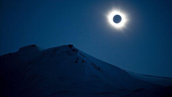 A total solar eclipse is seen in Longyearbyen on Svalbard March 20, 2015 - Sputnik Mundo