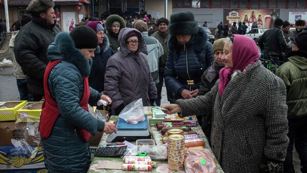 Personas compran la comida en el mercado en Donbás - Sputnik Mundo