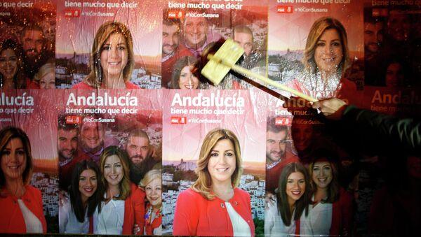 Susana Diaz, miembro del PSOE,  sobre cartel electoral en Andalucía - Sputnik Mundo