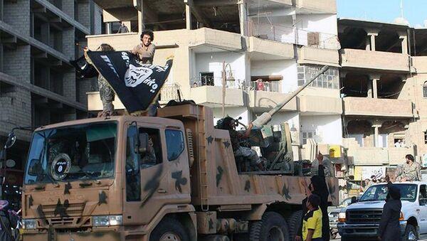 Militantes de EI durante un desfile en ciudad siria de Raqqa (Archivo) - Sputnik Mundo