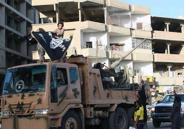 Militantes de EI durante un desfile en ciudad siria de Raqqa (Archivo)