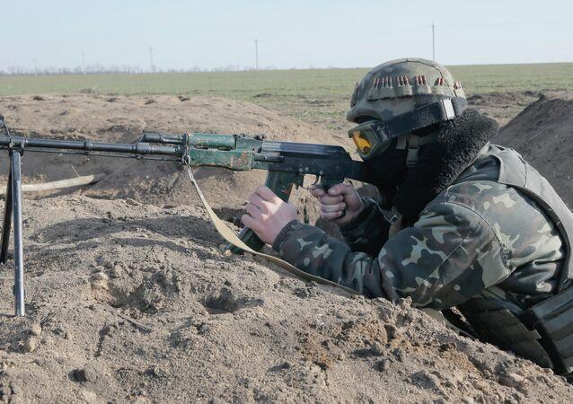 A Ukrainian serviceman takUn militar ucraniano toma posición en la línea del frente cerca de Kurahovo, en la región de Donetsk de Ucraniaes position at the front line outside Kurahovo, in the Donetsk region of Ukraine