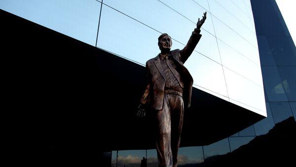 La estatua de Néstor Kirchner en la sede de la UNASUR - Sputnik Mundo