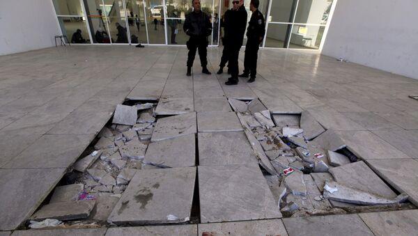 Policemen are pictured near damaged tiles inside the Bardo museum in Tunis March 19, 2015. - Sputnik Mundo