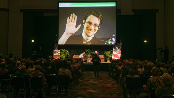 NSA leaker Edward Snowden appears on a live video feed broadcast from Moscow at an event sponsored by the ACLU Hawaii in Honolulu - Sputnik Mundo