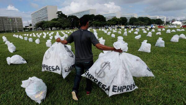Un miembro del Movimiento de Elecciones Limpias lleva bolsas que representan dinero - Sputnik Mundo