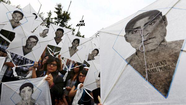 Familiares de desaparecidos de Ayotzinapa piden a EEUU revisar fondos antidrogas a México - Sputnik Mundo