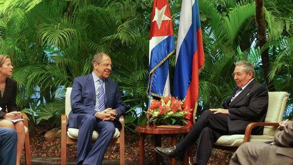 Serguéi Lavrov con Raúl Castro durante su visita a Cuba - Sputnik Mundo