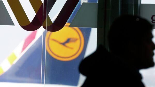 A traveller walks past logos of Germanwings and Lufthansa (R) at Duesseldorf airport March 24, 2015 - Sputnik Mundo