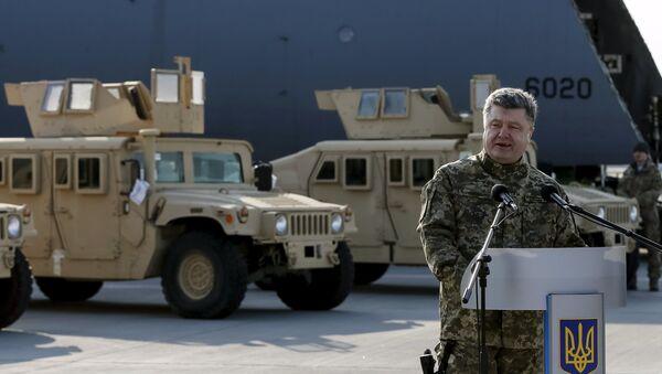 Petró Poroshenko presenta la entrega del primer lote de vehículos estadounidenses Humvee - Sputnik Mundo