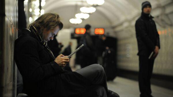 Usuario de internet en el metro de Moscú - Sputnik Mundo