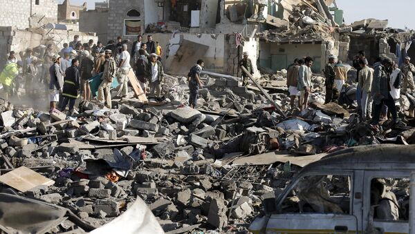 Civil defence workers and people search for survivors under the rubble of houses destroyed by an air strike near Sanaa Airport March 26, 2015. - Sputnik Mundo