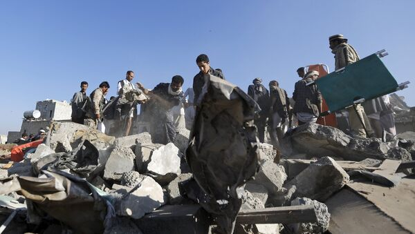 People search for survivors under the rubble of houses destroyed by an air strike near Sanaa Airport March 26, 2015. - Sputnik Mundo
