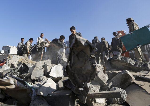 Equipos de rescate y civiles buscan a supervivientes entre los escombros en Saná