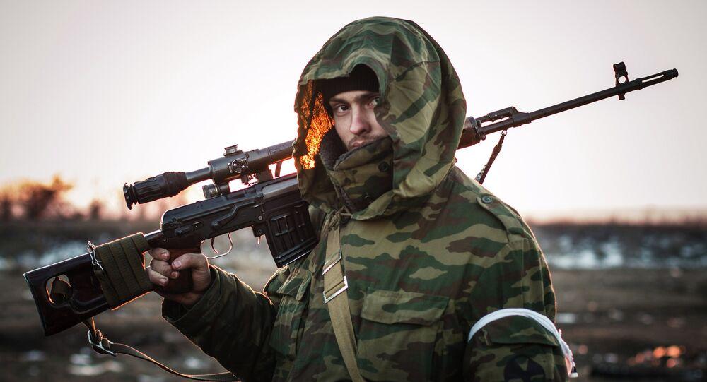Un milicia de la RPD en la ciudad de Lohvinove, Donbás