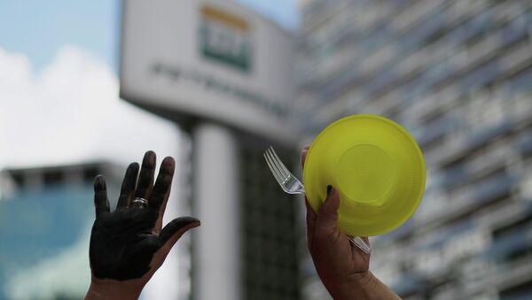 A member of Brazil's Movimento dos Sem-Teto (Roofless Movement) during protest in front of the Petrobras headquarters - Sputnik Mundo