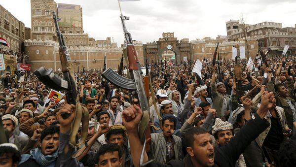 Shi'ite Muslim rebels hold up their weapons during a rally against air strikes in Sanaa March 26, 2015. - Sputnik Mundo