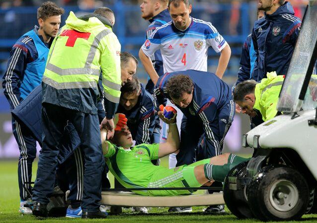Ígor Akinféyev golpeado por bengala