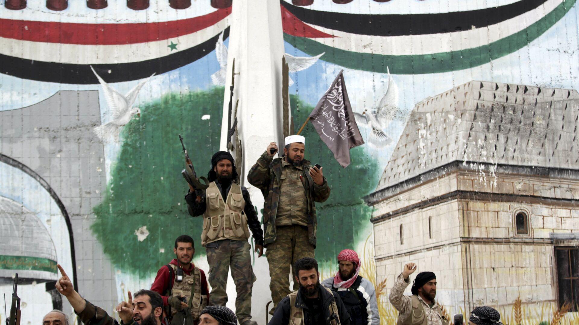 Combatientes con la bandera del grupo Frente al Nusra (proscrito en Rusia) - Sputnik Mundo, 1920, 21.05.2021