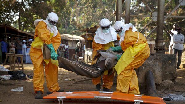 Médicos recogen a un infectado con ébola en Gunea (archivo) - Sputnik Mundo