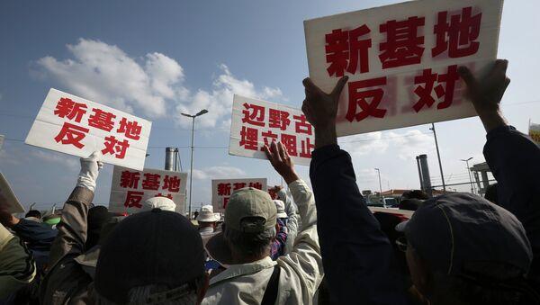 Protesters in front of Camp Schwab - Sputnik Mundo