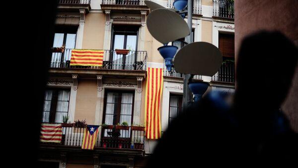 Banderas de Cataluña se muestran en el balcón en Barcelona - Sputnik Mundo