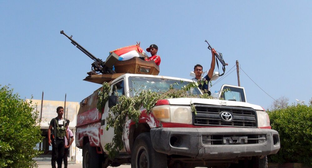 Los milicianos al presidente de Yemen, Abdo Rabu Mansur Hadi, en un puesto de control en una calle de Adén