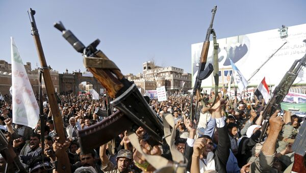 Followers of the Houthi group demonstrate against the Saudi-led air strikes on Yemen in Sanaa April 1, 2015. - Sputnik Mundo