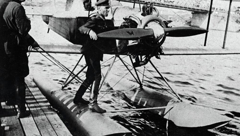 Alexandr Yákovlev junto a un avión con flotadores en el río Moskova