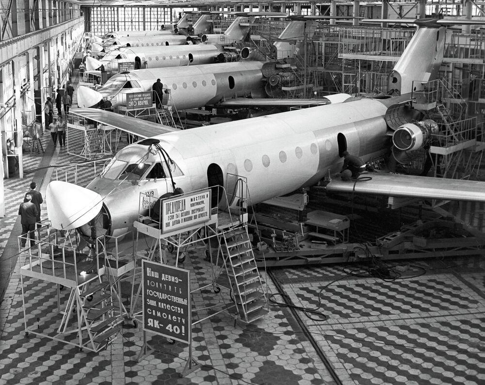 Aviones Yak-40 en la cadena de montaje de la planta aeronáutica de Sarátov