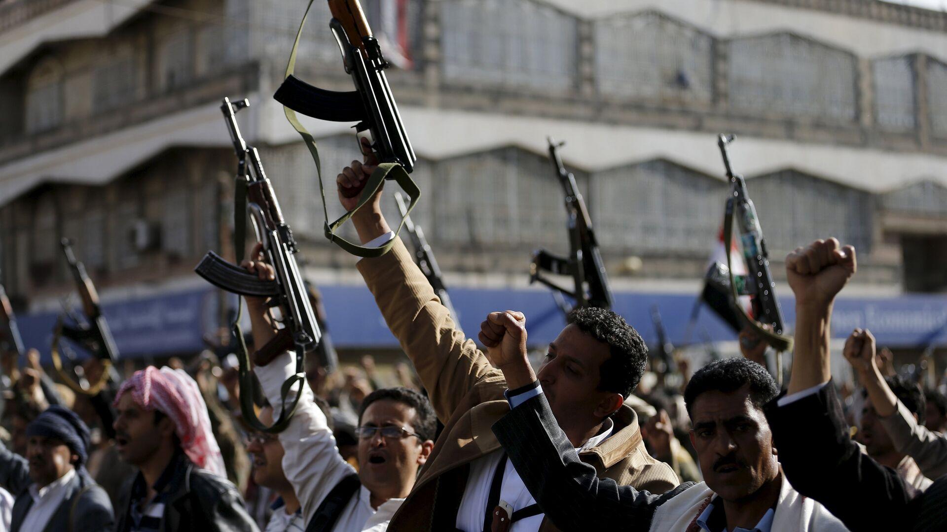 Followers of the Houthi demonstrate against the Saudi-led air strikes on Yemen, in Sanaa April 1, 2015. - Sputnik Mundo, 1920, 05.06.2021