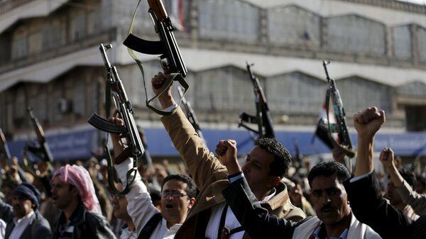 Followers of the Houthi demonstrate against the Saudi-led air strikes on Yemen, in Sanaa April 1, 2015. - Sputnik Mundo