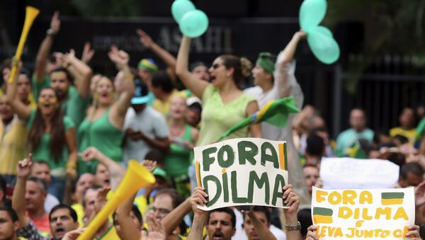 Demonstrators hold banners and chants slogans during a protest against Brazil's President Dilma Rousseff at Paulista avenue in Sao Paulo March 15, 2015. - Sputnik Mundo