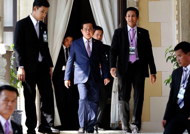 Prayuth Chan-Ocha, primer ministro de Tailandia, llega a Casa de Gobierno en Bangkok (centro)