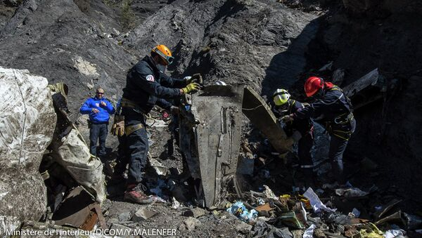 Rescatistas franceses inspeccionan los restos del A320 Germanwings Airbus en el lugar del accidente - Sputnik Mundo