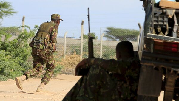 A Kenya Defense Force soldier runs for cover near the perimeter wall where attackers are holding up at a campus in Garissa - Sputnik Mundo