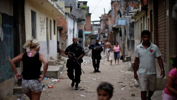 Police officers of the police Special Operation Battalion, BOPE, patrol the streets at the Complexo do Alemao slum in Rio de Janeiro - Sputnik Mundo