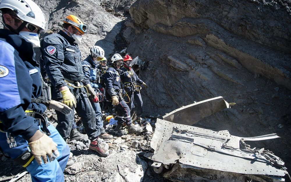 Efectivos de emergencias trabajan en el lugar del accidente