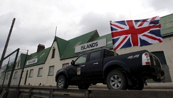 Un vehículo pasea por Puerto Argentino en Islas Malvinas con la bandera de Gran Bretaña - Sputnik Mundo