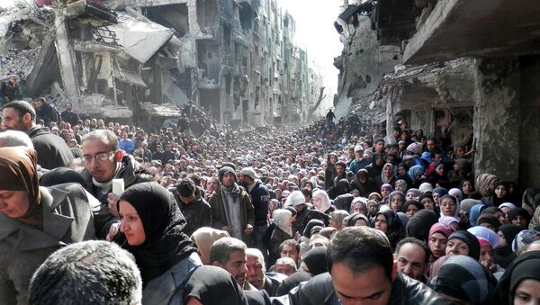 Residents of the besieged Palestinian camp of Yarmouk, queue to receive food supplies, Syria - Sputnik Mundo