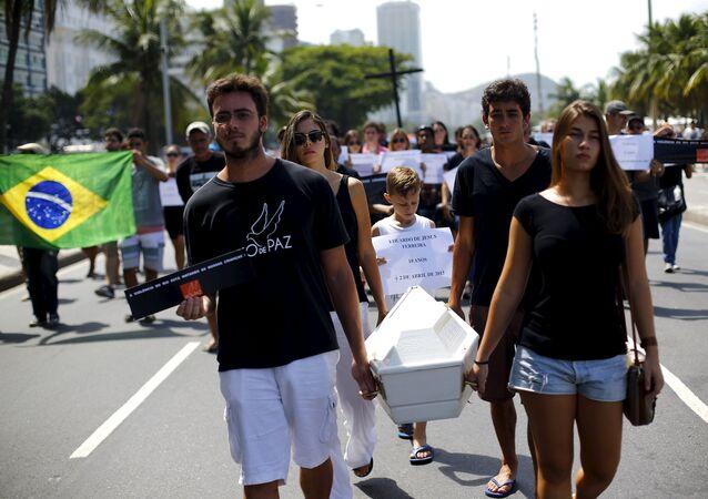 Los miembros del ONG 'Río de Paz' participan en el funeral simbólico del niño de 10 años, Eduardo de Jesus, asesinado por la policía del Complejo do Alemao