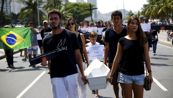 Members of the NGO Rio de Paz (Rio of Peace) attend the symbolic funeral of 10-year-old boy Eduardo de Jesus, who died last week during a shootout between policemen and drug dealers in Alemao slums complex - Sputnik Mundo