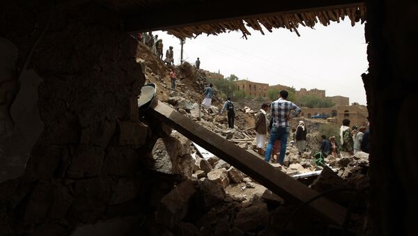 Yemenis inspect the rubble of destroyed houses in the village of Bani Matar, 70 kilometers (43 miles) West of Sanaa, on April 4, 2015 - Sputnik Mundo