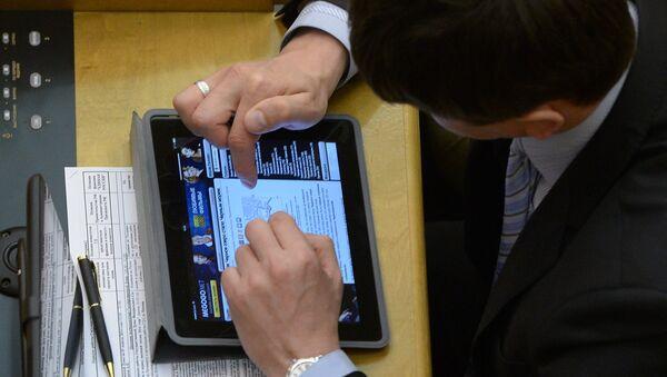 Hombre usa tableta - Sputnik Mundo