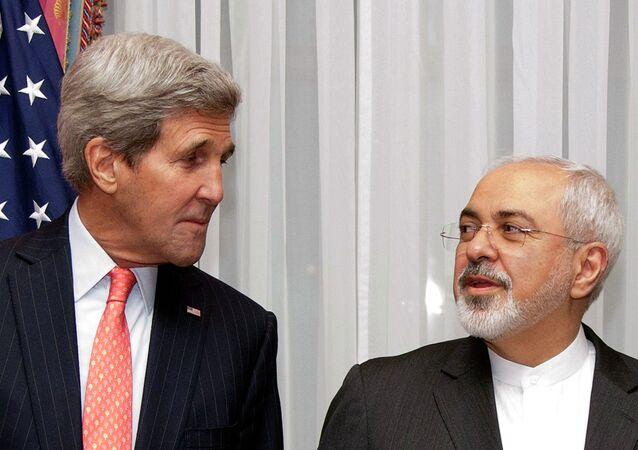 Secretario de Estado de EEUU, John Kerry, y ministro de Asuntos exteriores de Irá, Javad Zarif, durante las negociaciones en Lausana