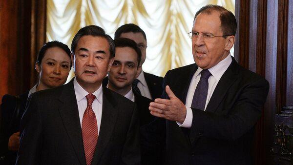 Wang Yi, ministro de Asuntos Exteriores de China, y Serguéi Lavrov, ministro de Asuntos Exteriores de Rusia - Sputnik Mundo